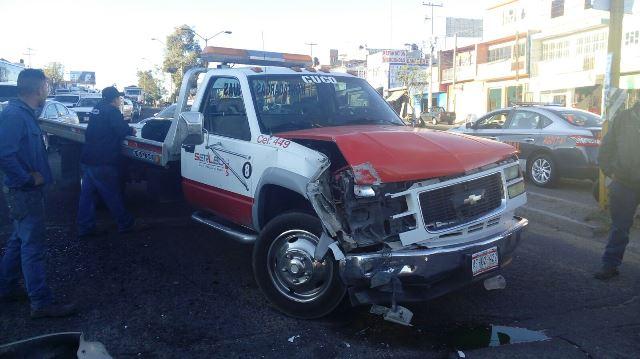 ¡Grúa chocó la camioneta de un militar que iba con su familia en Aguascalientes!