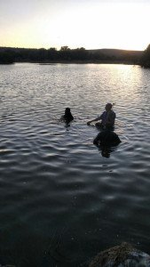 Fue a pescar y se ahogó luego de perder el equilibrio y caer al embalse de una presa en Rincón de Romos_02
