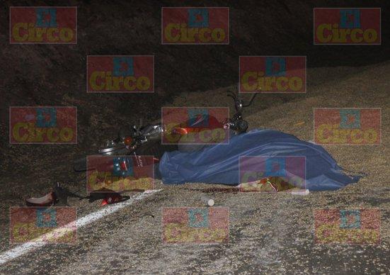 ¡Joven motociclista murió tras chocar contra la caja de un tráiler volcada en Lagos de Moreno!