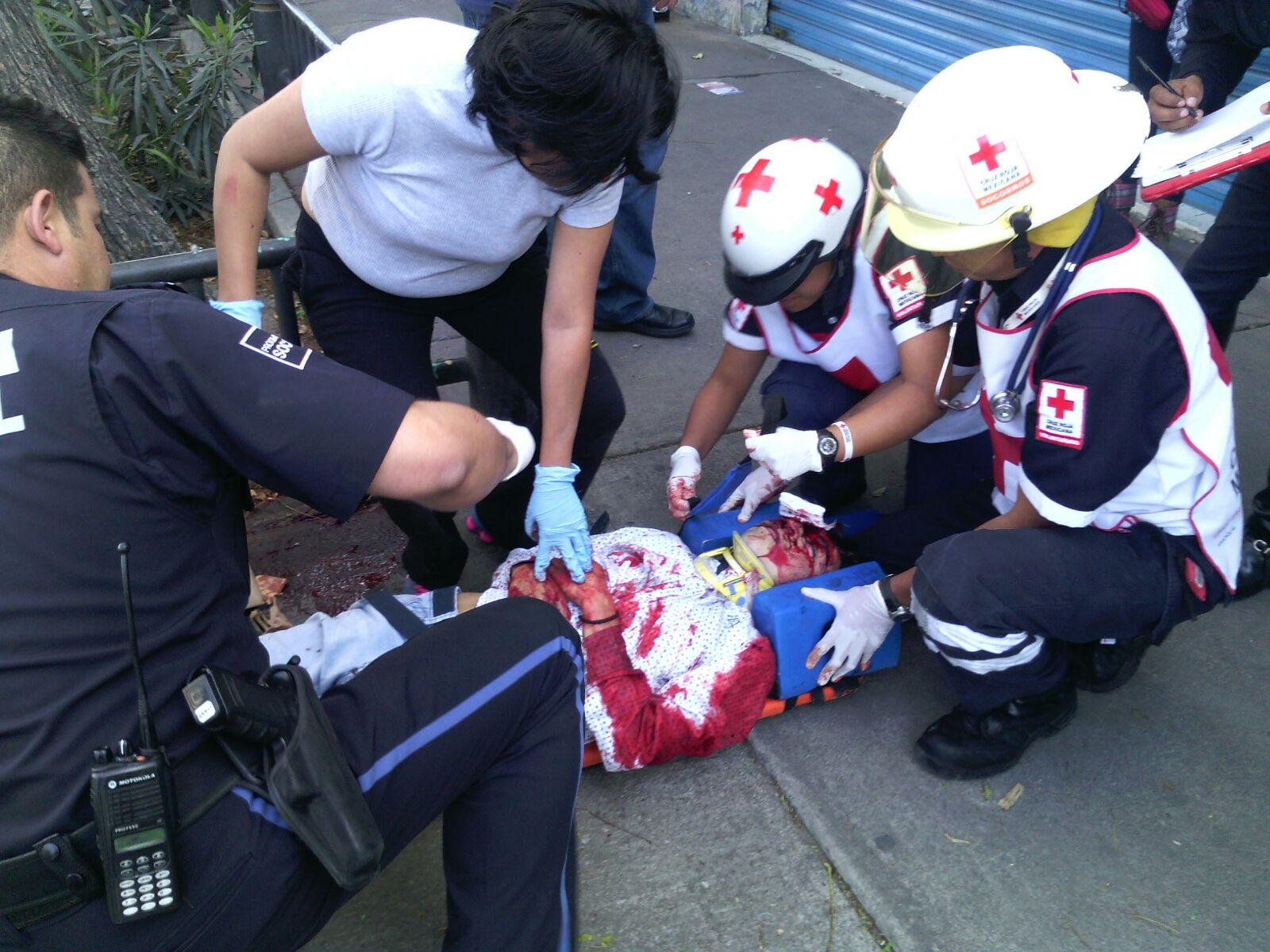 Se le atravesó un carro y casi se mata motociclista