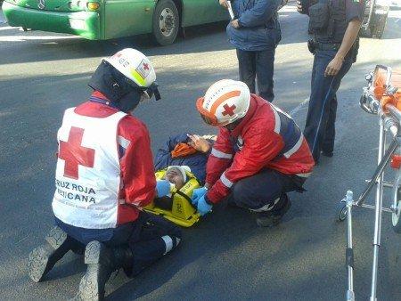 Se atravesó sin precaución y fue arrollado por un auto