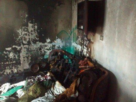 Acaba incendio provocado por una veladora con un cuarto