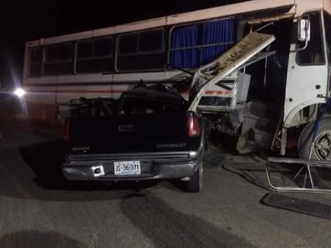Mueren dos personas en aparatoso accidente en la carretera a Ojuelos
