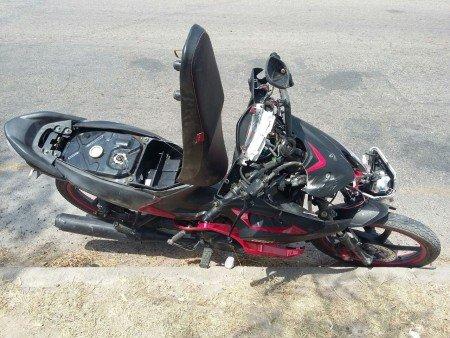 Casi se mata adolescente tras caer de una motocicleta