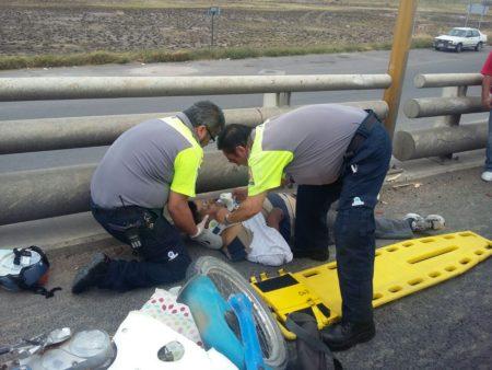 Resulta lesionado motociclista al impactarse contra un vehículo