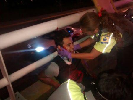 ¡Sufren jóvenes motociclistas aparatoso accidente en el puente Bicentenario!