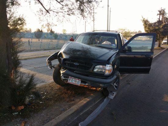 Por una falla en la dirección se impactó contra un árbol