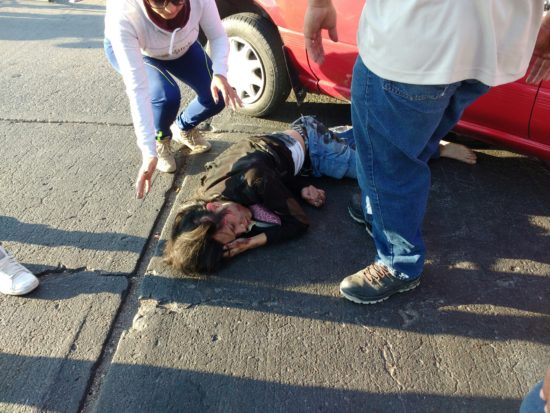 Casi muere motociclista en aparatoso accidente