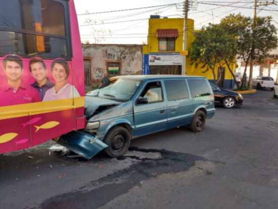 Aparatoso choque entre una camioneta y un camión deja como saldo un herido