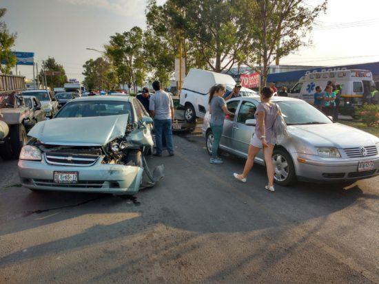 Aparatosa carambola entre cuatro vehículos en Aguascalientes