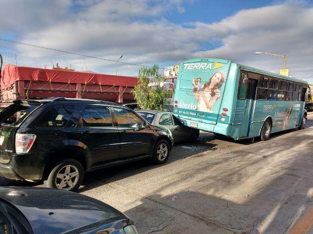 ¡2 lesionados en carambola en Aguascalientes entre 2 urbanos, un auto y una camioneta!