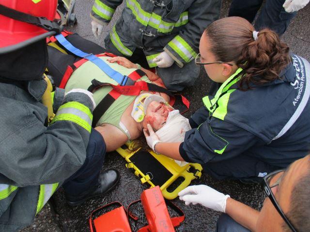 ¡2 lesionados tras el choque entre un taxi y una camioneta que casi cae de un puente en Aguascalientes!