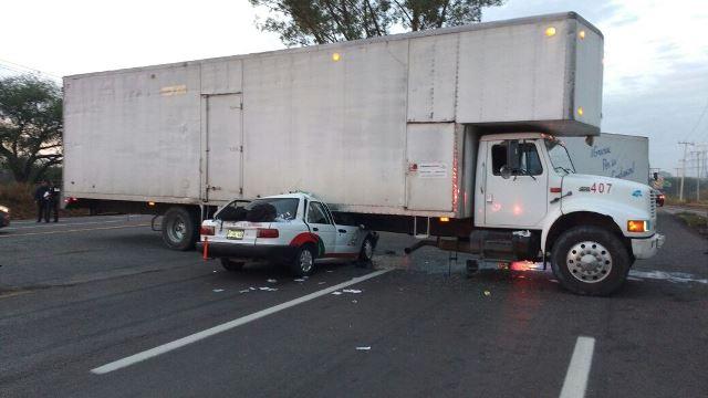 ¡Taxi se metió debajo de un camión en Aguascalientes: el chofer y su pasajero se salvaron de morir!