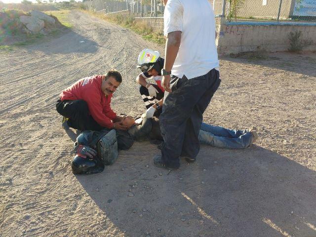 ¡Esposos lesionados tras fuerte caída de una motocicleta en Aguascalientes!