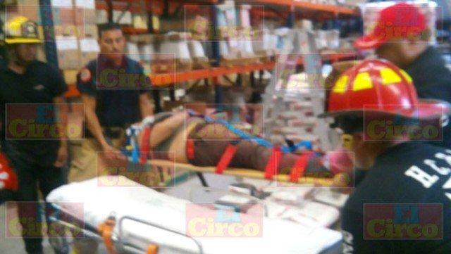 ¡2 mujeres lesionadas tras caer dentro de una tienda de venta de pisos en Fresnillo!