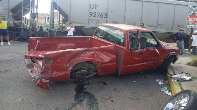¡Camioneta fue embestida por el tren en Aguascalientes y su conductora vive para contarlo!