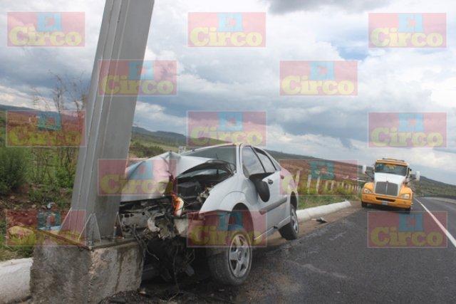 ¡Auto chocó contra dos objetos fijos en Lagos de Moreno y dejó 3 lesionados!