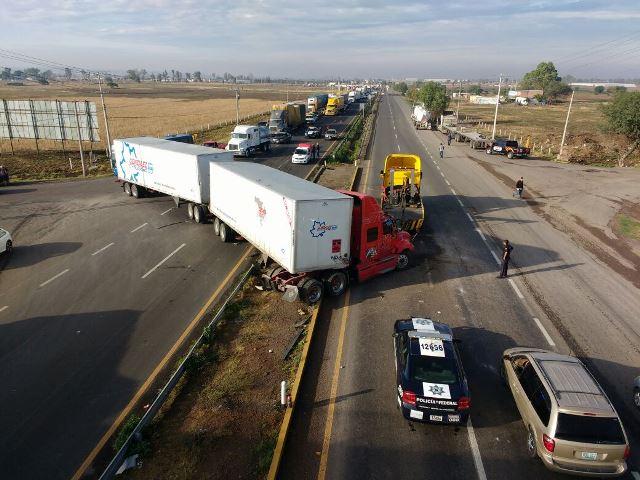 ¡Fuerte choque entre 2 trailers en Aguascalientes!