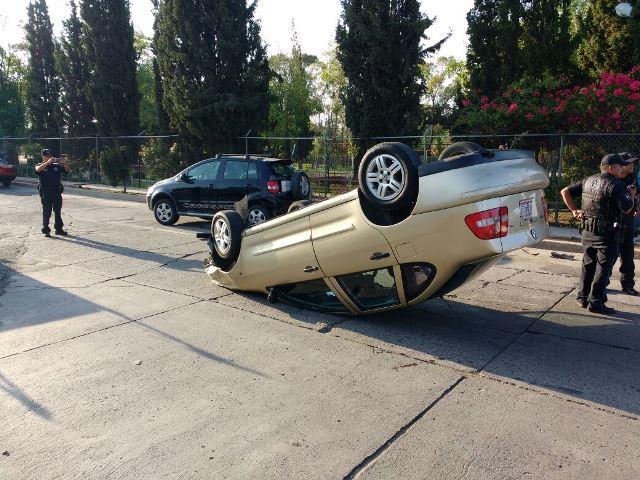 ¡Ebrio joven chocó su auto contra una camioneta y luego se volcó en Aguascalientes!