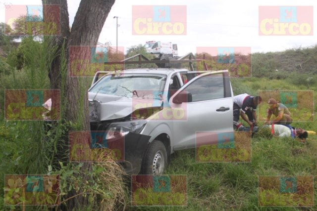 ¡Camioneta chocó contra un árbol en Lagos de Moreno y dejó 4 lesionados!