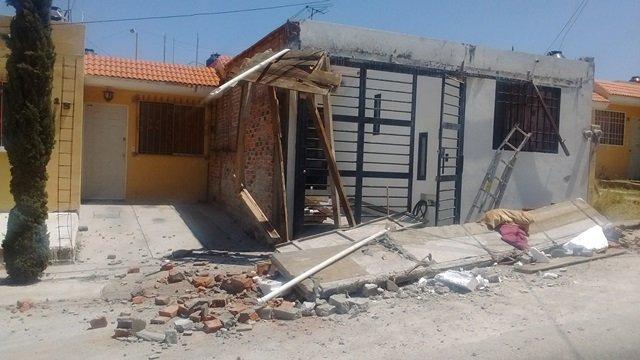 ¡Marquesina se vino abajo y estuvo a punto de aplastar a un albañil en Aguascalientes!