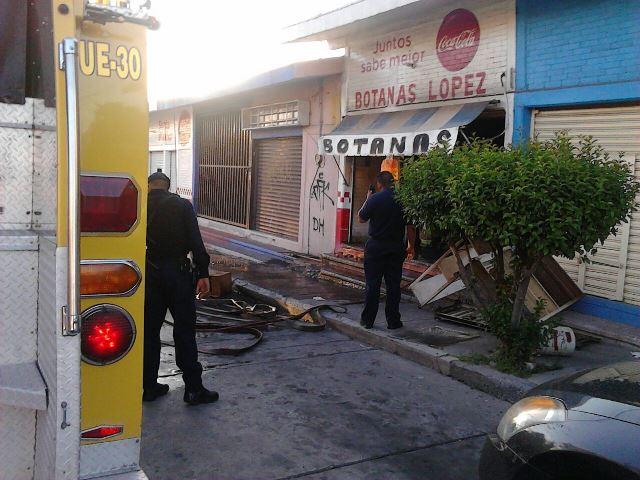 ¡Incendio y flamazo en un negocio de botanas en Aguascalientes!