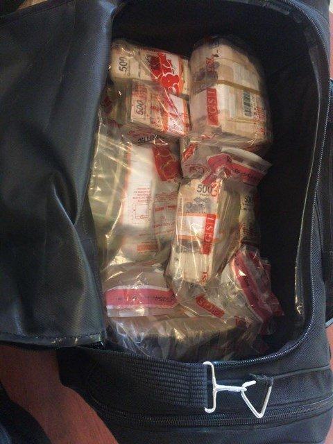 ¡Policías federales detuvieron a 5 sujetos con $40 millones en el aeropuerto de Quintana Roo!