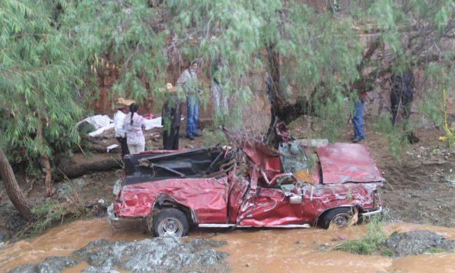 ¡Camioneta fue arrastrada por la corriente de un arroyo en Pánuco, Zacatecas, y dejó 4 muertos!