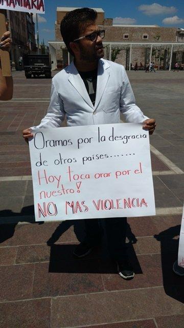 ¡Se manifiestan médicos en Aguascalientes contra universalización de los servicios de salud!