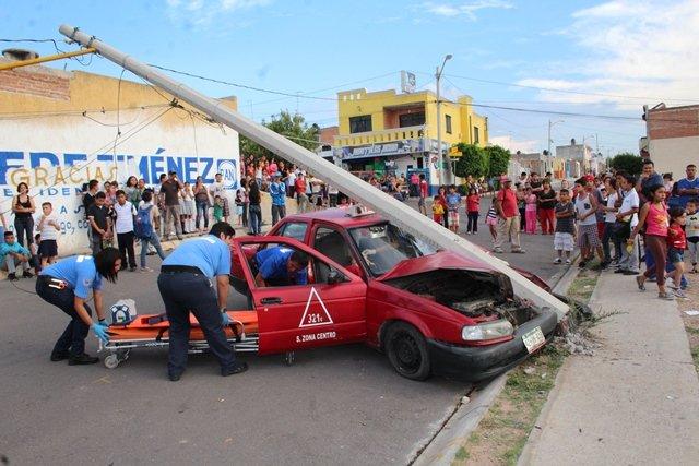 ¡Grave taxista que chocó contra un poste de concreto en Aguascalientes!