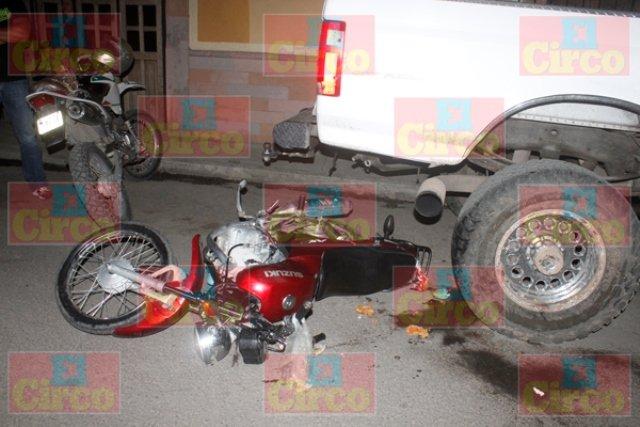 ¡Motocicleta chocó contra una camioneta en Lagos de Moreno: una niña murió y su padre resultó herido!