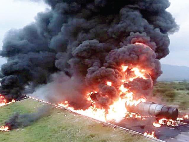 ¡1 muerto tras espectacular choque e incendio de 2 camiones cisterna cargados con gasolina!