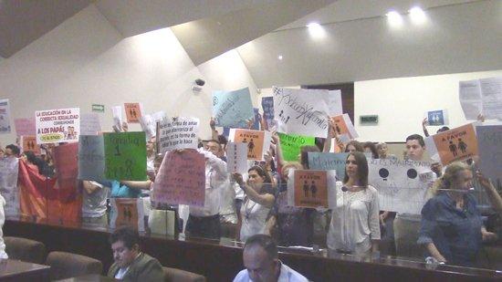 ¡Protestan grupos conservadores y comunidad gay en Congreso de Aguascalientes por matrimonios igualitarios!