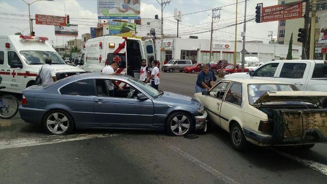 ¡1 lesionada tras carambola entre 3 vehículos en Aguascalientes!