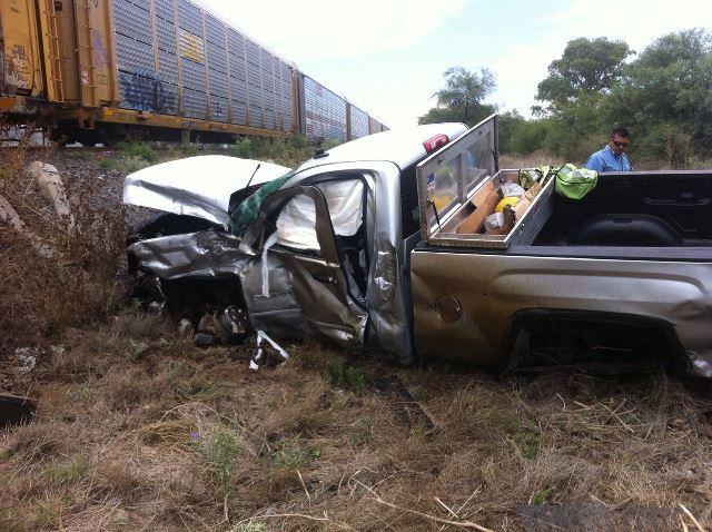 ¡Hombre fue embestido en su camioneta por el tren en Aguascalientes y logró sobrevivir!