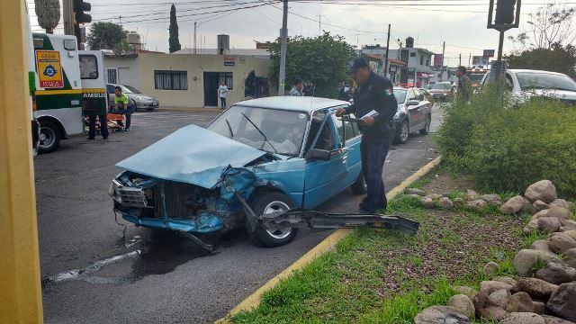 ¡1 lesionado tras el choque entre un auto y una patrulla de la PME en Aguascalientes!