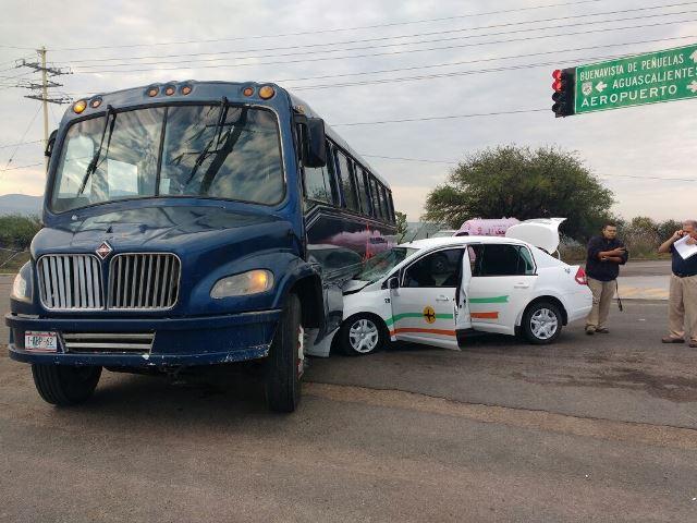 ¡Taxi del aeropuerto se metió debajo de un camión de transporte de personal en Aguascalientes: 1 lesionado!