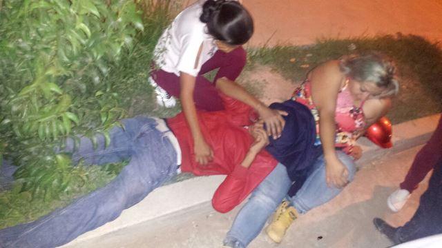 ¡2 adolescentes motociclistas se salvaron de morir embestidos por un ebrio en Aguascalientes!