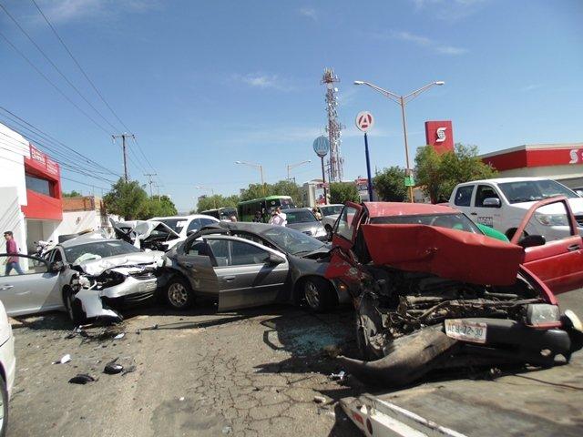 ¡Doctor originario de Zacatecas provocó carambola con 10 vehículos en Aguascalientes!