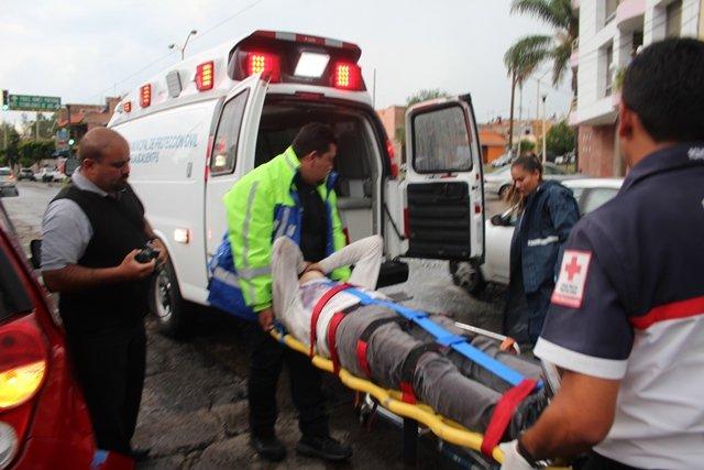 ¡3 adolescentes lesionados al estrellar su motocicleta contra un taxi en Aguascalientes!