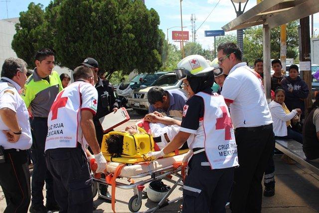 ¡2 motociclistas arrollaron a 2 mujeres en Aguascalientes y todos resultaron lesionados!