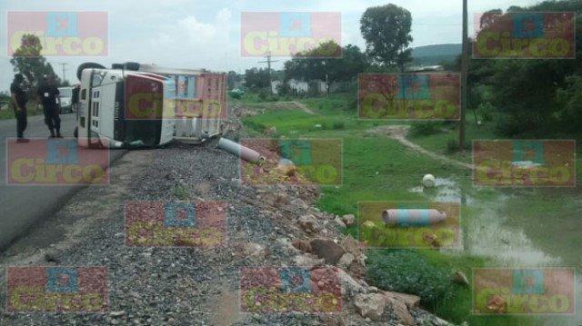 ¡Aparatoso choque-volcadura entre 2 camionetas en Lagos de Moreno!