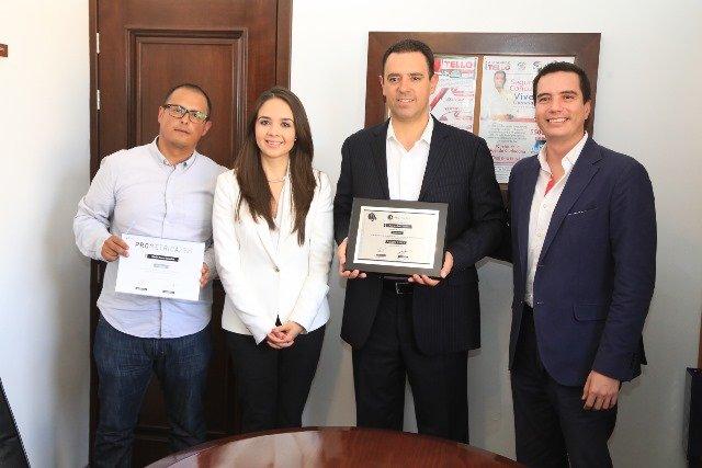 ¡Entrega PROPULSAR premio de primer lugar a Alejandro Tello por mejor campaña en redes sociales!