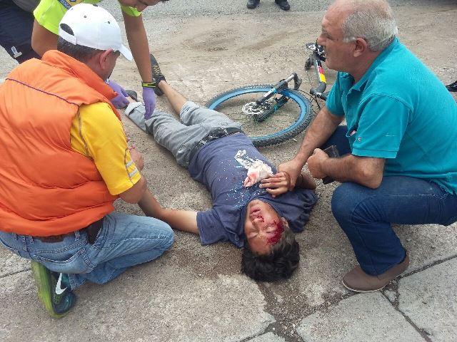 ¡Joven sufrió fuerte caída de su bicicleta y resultó lesionado en Aguascalientes!