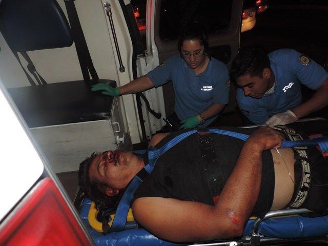 ¡Motociclista grave tras una caída en Aguascalientes; provocó una carambola!