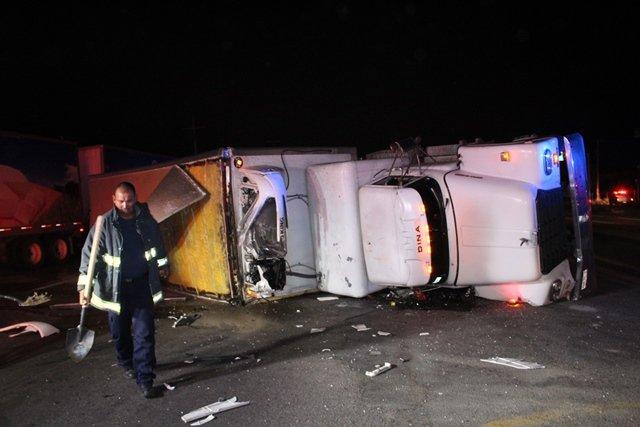 ¡Choque-volcadura entre dos trailers en Aguascalientes dejó 1 lesionado!