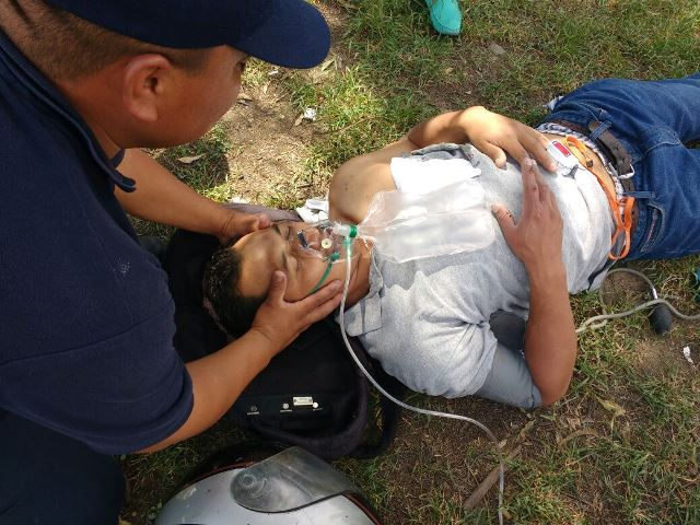 ¡Motociclista se salvó de morir estrellado contra un camión urbano en Aguascalientes!