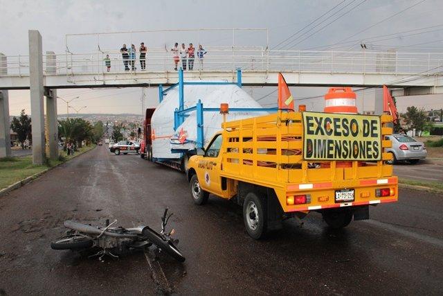 ¡Motociclista lesionado tras estrellarse contra una camioneta en Aguascalientes!