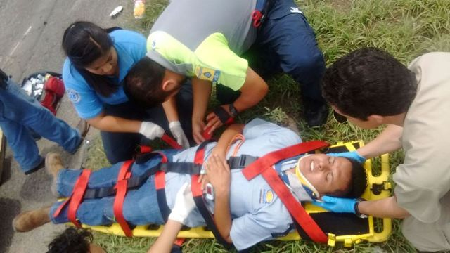 ¡Empleado resultó lesionado tras la volcadura de una camioneta en Aguascalientes!