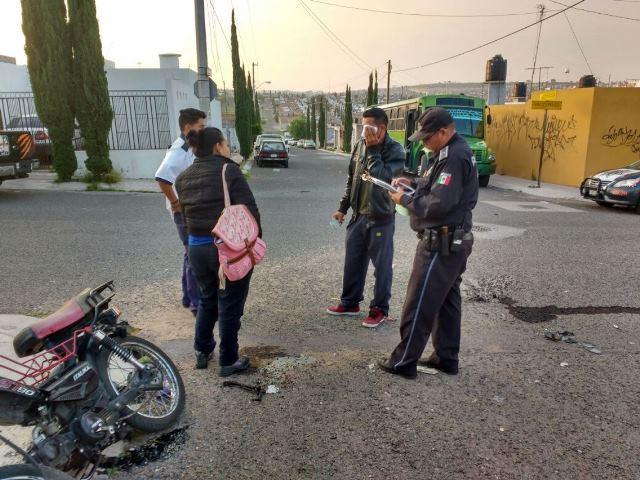 ¡2 motociclistas lesionados impactados por un camión urbano en Aguascalientes!